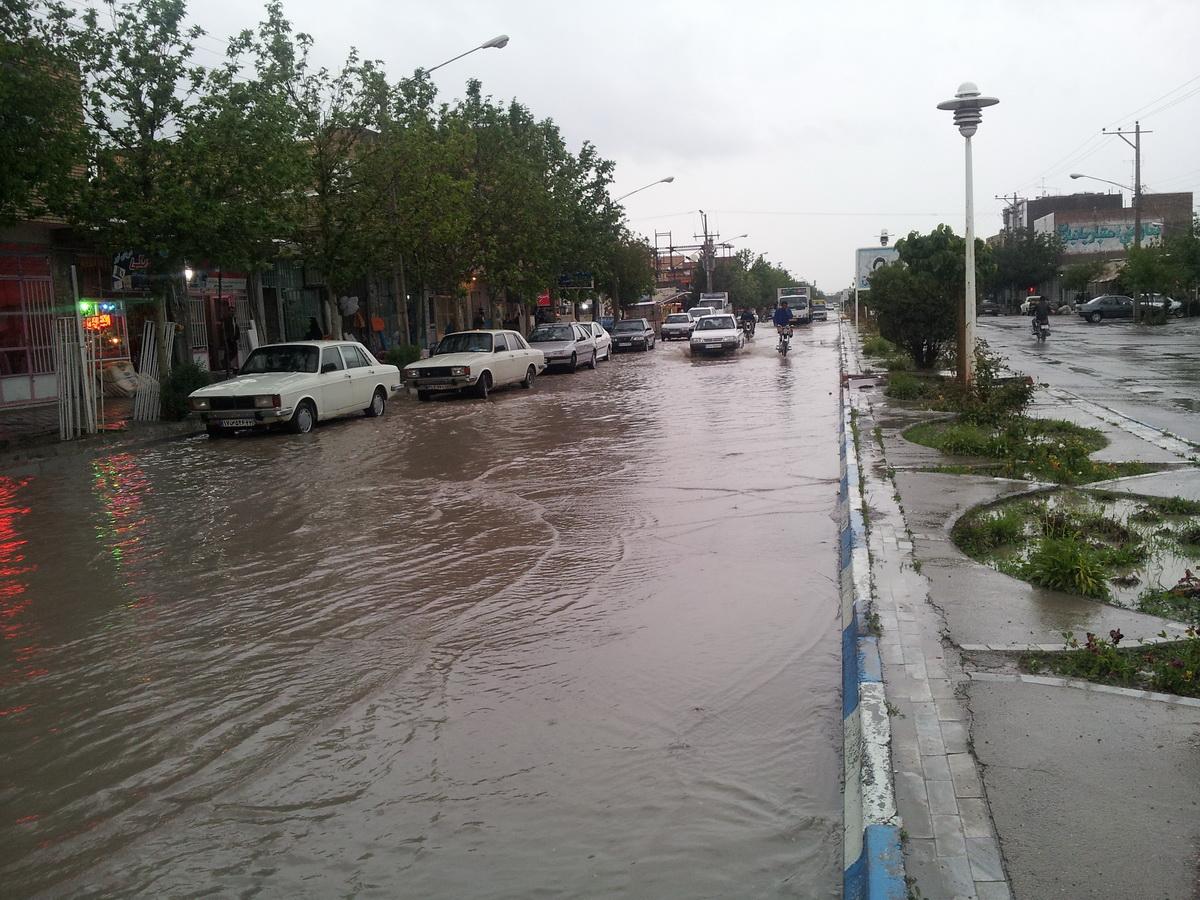 بارش شدید باران و آب گرفتگی در خیابان ها و معابر